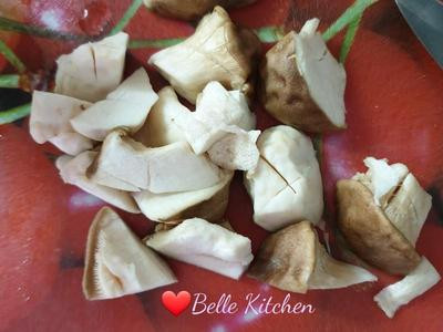 將脫水的杏鮑菇切塊,約一口的大小,並在表面畫刀