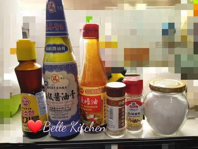 調醬料:醬油膏、素蠔油、香油、砂糖、白胡椒粉、五香粉、胡椒鹽依量調入碗中