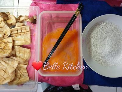 準備炸粉:取出醃漬好的杏鮑菇 打一顆散蛋、一盤地瓜粉