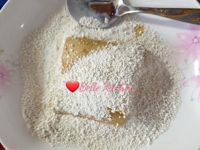 裹粉:將沾滿蛋液的杏鮑菇放入地瓜粉中輕輕拌勻裹粉,注意避免粉太厚,裹好後輕輕拍打