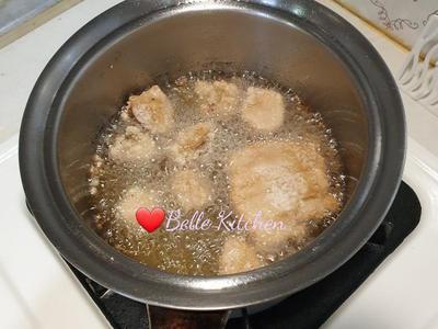油溫到達後放入杏鮑菇,稍微浮起後攪拌杏鮑菇使其均勻上色