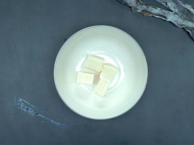 將豆腐切好分配至碗中,放入煮好的味噌湯。