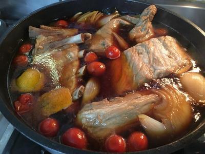 燜煮過程中,將肋排翻面,已利上色均勻且入味。(中途又加入冰箱勝下的幾顆小番茄)
