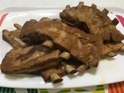 滷好的肋排放涼後分裝冷凍,隨時都可以做好吃的香烤豬肋排。