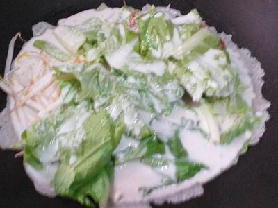 倒在鍋中的所有食材上。