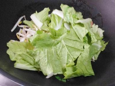 豆芽菜及小白菜煮一下。