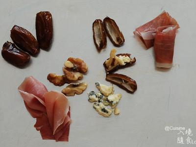 組裝:材料如上述處理好後,只需取火腿順著(去籽!)蜜棗包一兩圈,放烤盤就ok了。 如果使用培根,它比較厚,怕散開來的話,可以拿牙籤固定。 加碼版多一道手續,橫切對半的蜜棗去籽後,抓一小撮起司填中心,配上半仁核桃仁,再接合蜜棗兩半,然後包裹火腿。